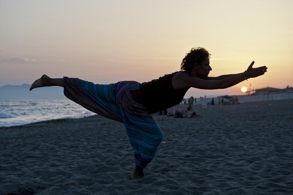 giulio riotta fotografia yoga spiaggia